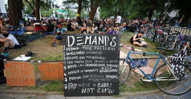 NYC manifestantes pasar 2da noche acamparon en frente del Ayuntamiento, de la demanda de $1B corte a la policía de presupuesto