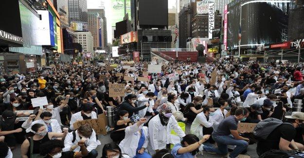 NYC político reclamos de racismo – no los manifestantes que se reunieron en grupos grandes – sería la culpa de cualquier repunte de los casos de coronavirus