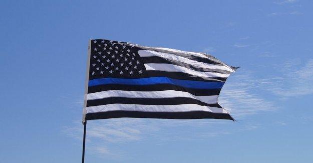 Ohio diputados aumentar la Delgada Línea Azul bandera fuera del Centro de Justicia después de la bandera de los estados unidos robado por los manifestantes, el alguacil dice