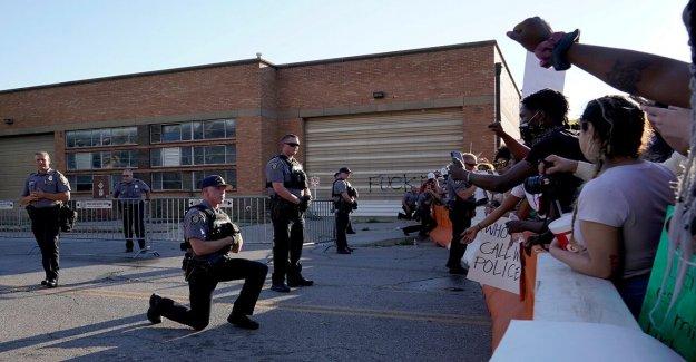 Oklahoma diputados tomar una rodilla en la solidaridad, un abrazo a los manifestantes que exigen justicia por George Floyd