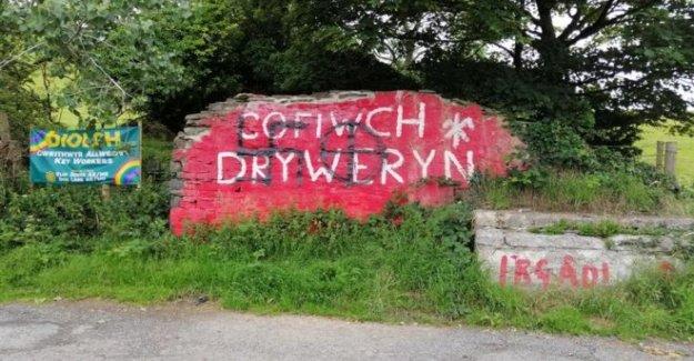 Paentio arwyddion hiliol ar wal Cofiwch Dryweryn