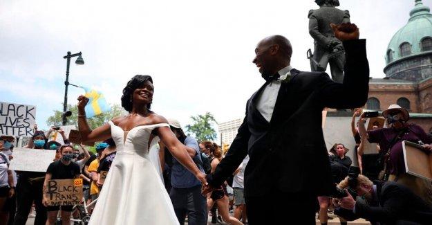 Pareja de recién casados se une a Filadelfia protestas inmediatamente después de la boda