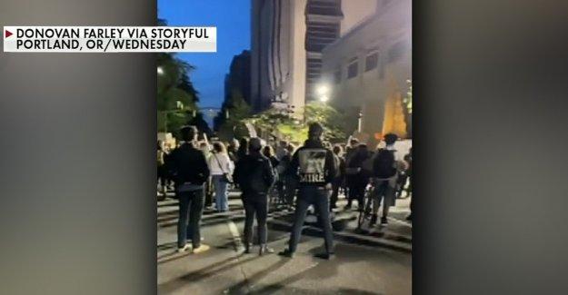 Portland protesta de manifestantes fuera de la alcaldía apartamento después de $16 millones de corte de la policía del departamento de presupuesto se queda corto de demandas