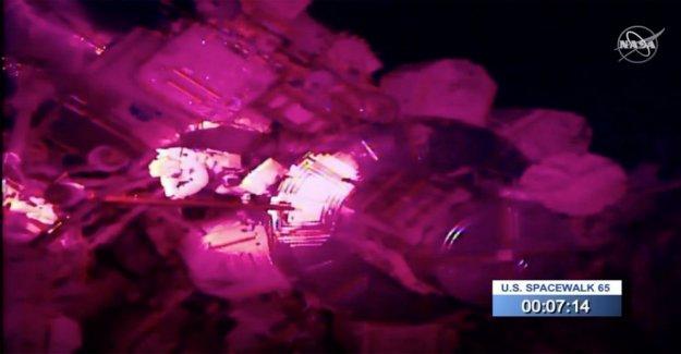 Representación de caminata espacial astronauta pierde el espejo, el más nuevo de la basura espacial