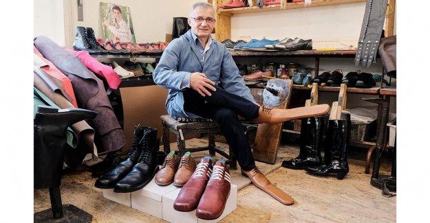 Rumano zapatero crea tamaño 75 zapatos de distanciamiento social