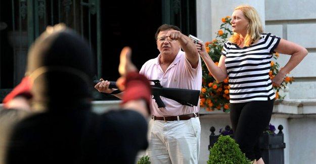 San Luis pareja que blandían armas que están siendo investigados después del enfrentamiento con los manifestantes