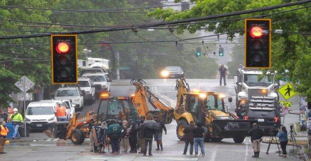 Seattle PICAR las barreras de aclaración por parte de los equipos de la ciudad, los policías en la escena