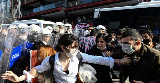 Turquía: los oficiales de dispersar a los anti-protesta brutalidad policial