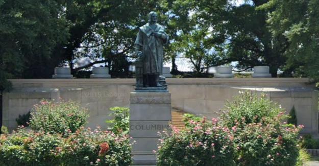Vándalos tire hacia abajo de la estatua de Colón en Richmond, tirarlo en el lago