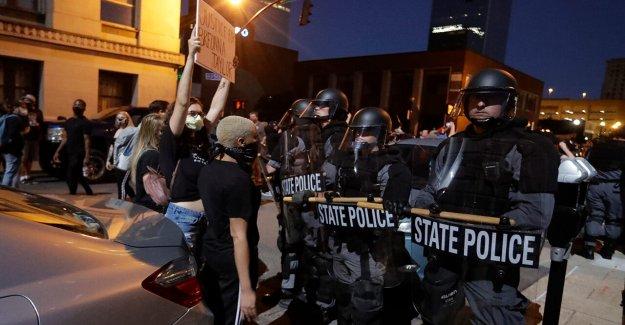 Viral foto muestra Louisville cop protegidos por el negro de los manifestantes cuando se separó de la escuadra durante el motín