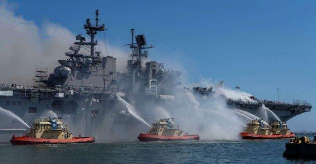 1,000-grado blaze sigue rabia a bordo del buque de la Armada en San Diego