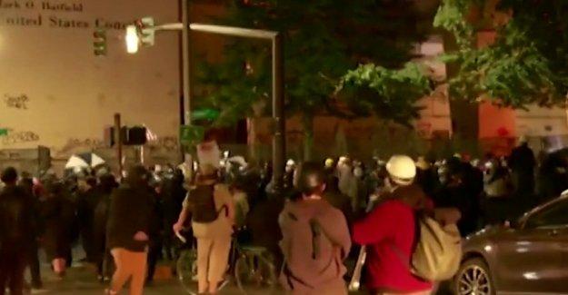 18 detenidos en Portland por presunto incendio, daños a la propiedad, los ataques contra la policía