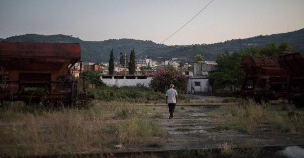 AP FOTOS: Desempleados en el hogar, los Albaneses esperar a salir