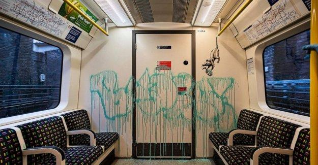 Banksy último COVID-19 etiquetas fregados de metro de Londres