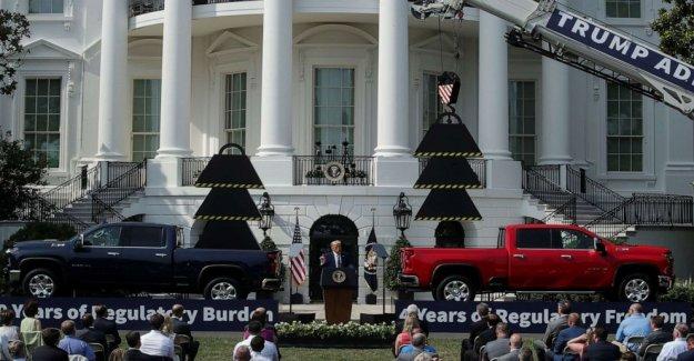Como pandemia se enfurece, Trump pone atención del público en otros lugares