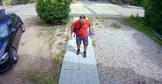 De la familia de las capturas de mailman jugar a la rayuela en frente de su casa