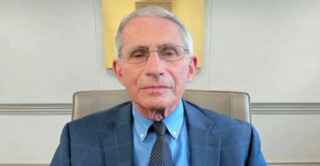 El Dr. Fauci responde a las 'travieso' crítica después de que él fue fotografiado con la mascara a los Nacionales de juego
