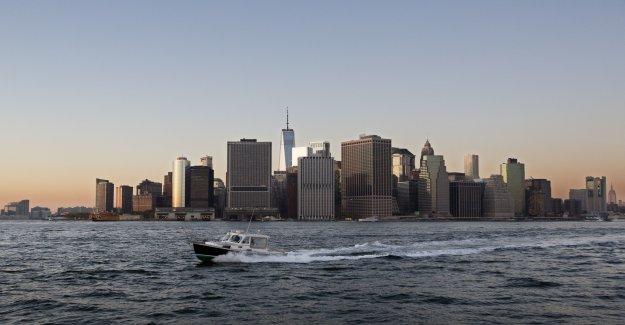 El Joker visto una moto acuática en las aguas de la Ciudad de Gotham