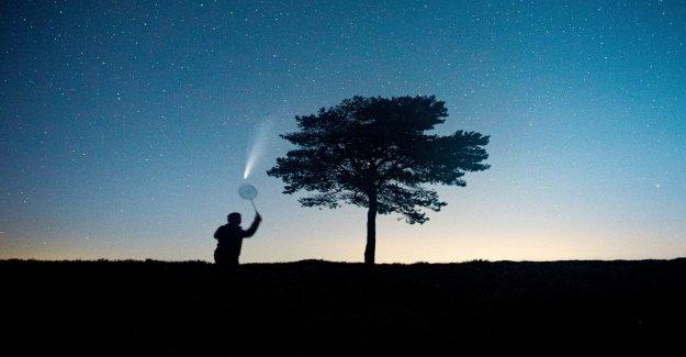 El hombre juega ' bádminton con NEOWISE cometa en viral la foto