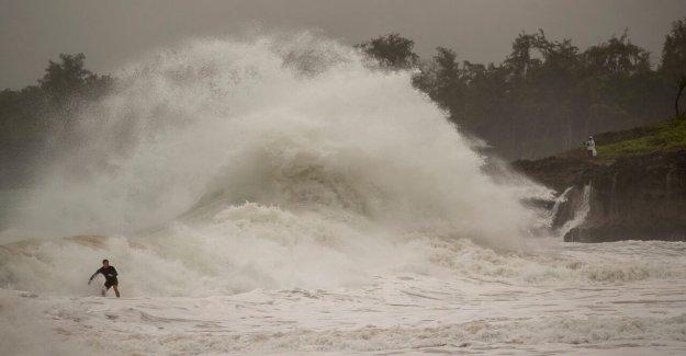 El huracán Douglas faldas Hawaii, da islas de cierre de la llamada con fuertes lluvias, vientos fuertes, olas peligrosas