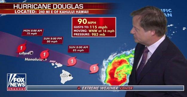 El huracán Douglas lleva en Hawaii como islas corsé por los fuertes vientos, la lluvia, y la oleada de la tormenta