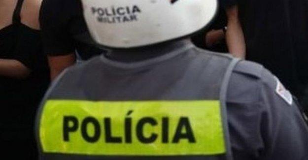 Enojo por la policía de Brasil pisar mujer cuello