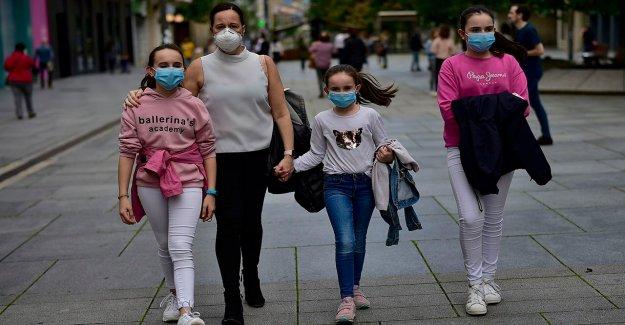 España pone de 200.000 personas en Cataluña de nuevo sus puertas después de espiga coronavirus