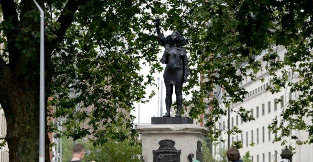 Estatua de Negro manifestante reemplaza derrocado reino unido comerciante de esclavos