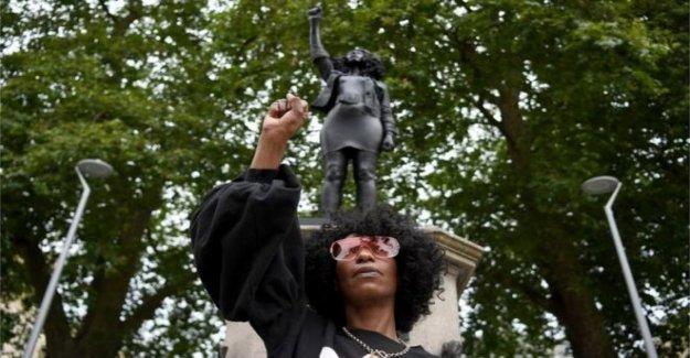 Estatua del manifestante aparece en Colston zócalo