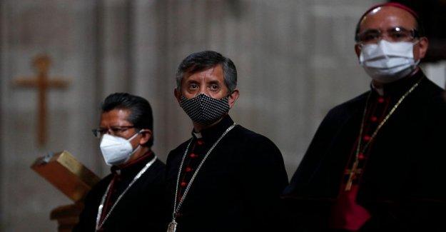 Fieles de retorno a la Ciudad de México iglesias con mascarillas, gel