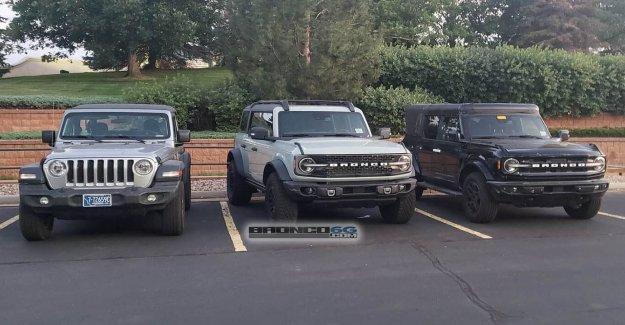 Ford Broncos atrapado estacionado junto a Jeep Wrangler, ¿qué prefiere?
