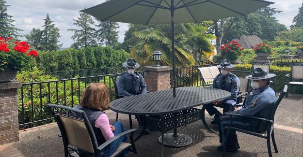 Gobernador de Oregon se reúne con policías del estado atrapado desconocimiento de la máscara de mandato en la tienda de café