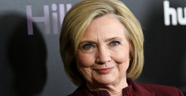 Hillary Clinton, citando el 'tiempos oscuros,' insta a los Estadounidenses a registrarse para votar en el Día de la Independencia mensaje