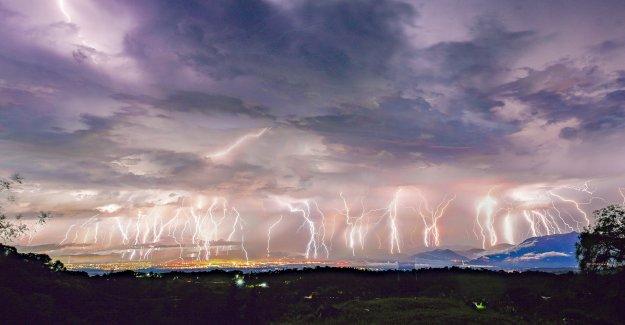 Imágenes sorprendentes de 50 rayo horquillas de ir viral después de 'La Noche de los Mil Horquillas de' tormenta