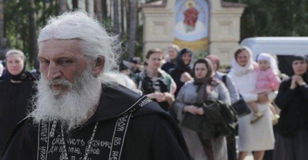 La Iglesia rusa expulsa virus negar rebelde sacerdote