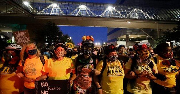 La pared de las Madres, DadPods, Disturbios de las Costillas, el Noroeste del Pacífico Frente de Liberación: Algunos de los grupos que han convergido en Portland
