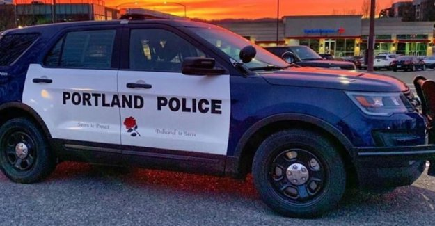 La policía de Portland declarar 'riot, uso de gas CS para romper multitud; detenciones reportadas