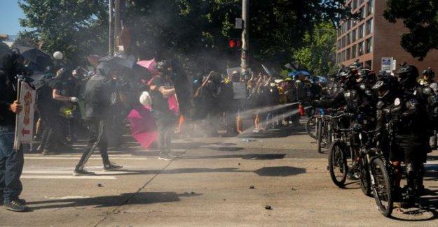 La policía y manifestantes chocan en Seattle marzo