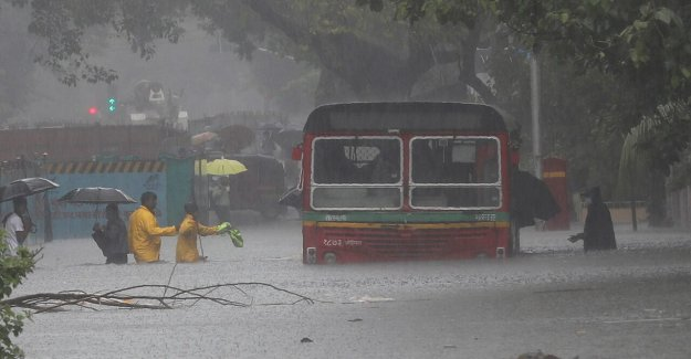 Las inundaciones, los deslizamientos de tierra matar al menos 213 en el Sur de Asia
