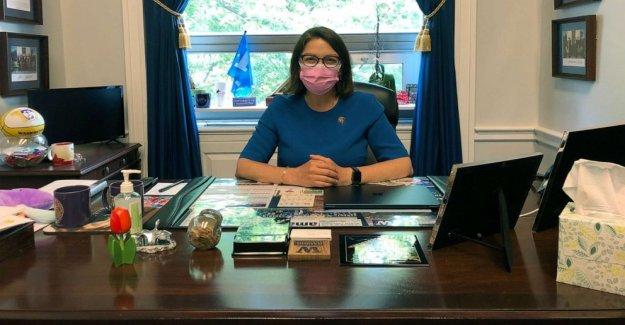 Las mujeres demócratas campaña de lanzamiento para vestir de rosa máscaras en el Capitolio