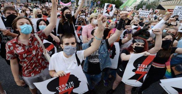 Las protestas lamentan el polaco gov't plan para salir de contra la violencia de acuerdo