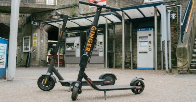 Los adolescentes viaje contratado e-scooters en autovía