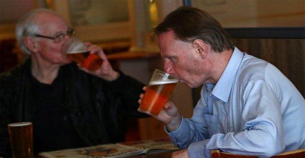 Los pubs ingleses abrieron a las 6 de la mañana, coronavirus restricciones facilidad, ya que la policía se preparan para 'caos'
