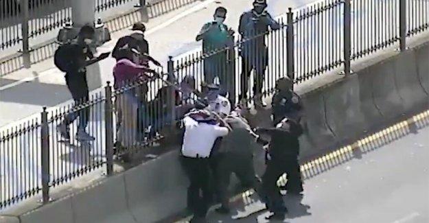 Manifestante ataques oficiales del departamento de policía, incluyendo el de jefe de departamento, como hicieron paro