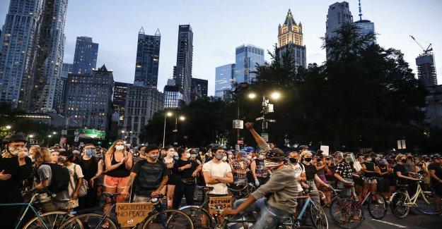 Manifestantes en la Ciudad de Nueva York visto ocupando afuera del Ayuntamiento