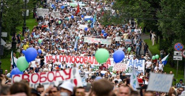 Masiva protesta contra el gobernador del arresto de los desafíos del Kremlin