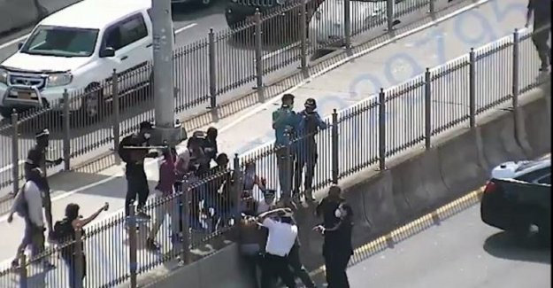 NYPD hace detención violenta de Puente de Brooklyn de la caña de ataque a los agentes