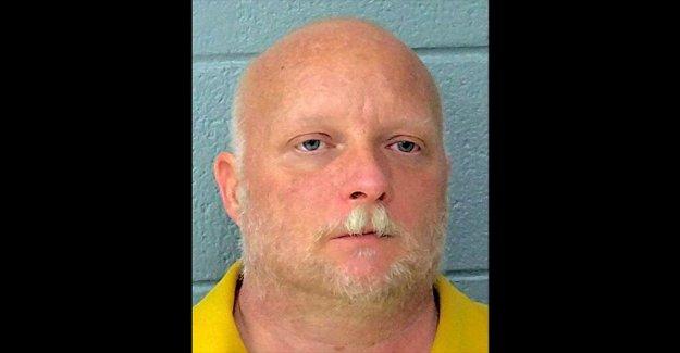 Oklahoma hombre dispara mujer tratando de robar la bandera Nazi de su casa, dicen las autoridades