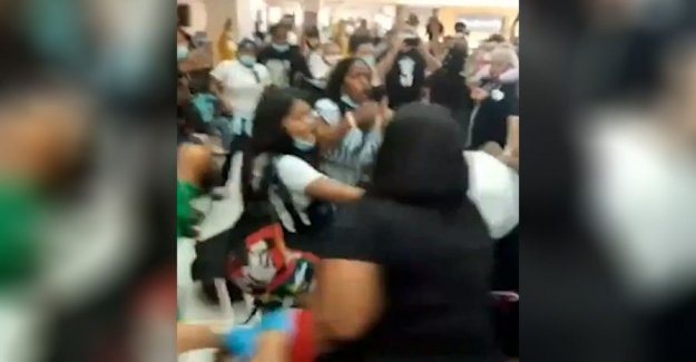 Pelea en el aeropuerto después de que el vuelo cancelado cuando se bebe la mujer se niega a abandonar el avión