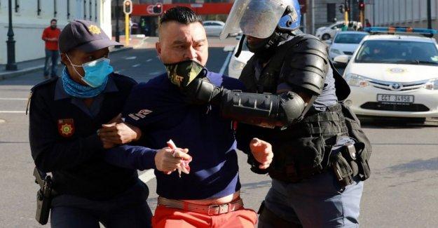 Policía de sudáfrica dispersar a los manifestantes sobre bloqueo de dolor